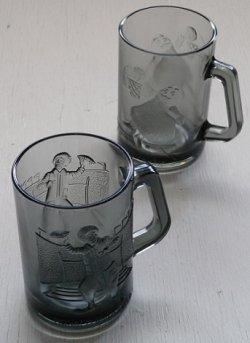画像1:  McDonald's Smoked Glass Mugs マクドナルド アクションスポーツシリーズ(1977) グラスマグカップ ドナルド(アメリカンフットボール)/ グリマス(バスケットボール) 各1個