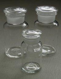 薬瓶 蓋付 クリアー硝子 中 size: 蓋Ø6.2cm、H13.5cm、Ø6.5cm/ 小 size: 蓋Ø4.9cm、H10.3cm、Ø5cm  各1個