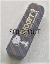 """Sanrio サンリオ Hallmark  """"SNOOPY THE WORLD FAMOUS SUPERBEAGLE""""  缶ペンケース  はめ込みプレート/2層式"""