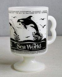 Sea World シーワールド  脚付きADマグカップ   Bハンドル  ミルクガラス    ©1980 SEA WORLD INC.