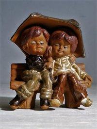 ORIGINAL ART CRAFT  MASTERS  ベンチで相合傘 男の子と女の子  陶器 置物  size: H12×W9.3×D7(cm)